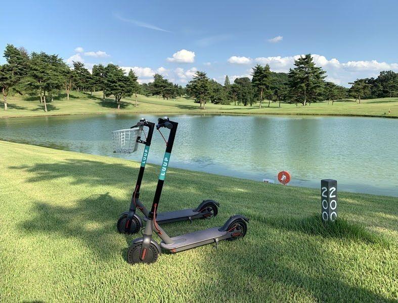 ゴルフ場内を「電動キックボード」で移動 ゴルファーの反応は?