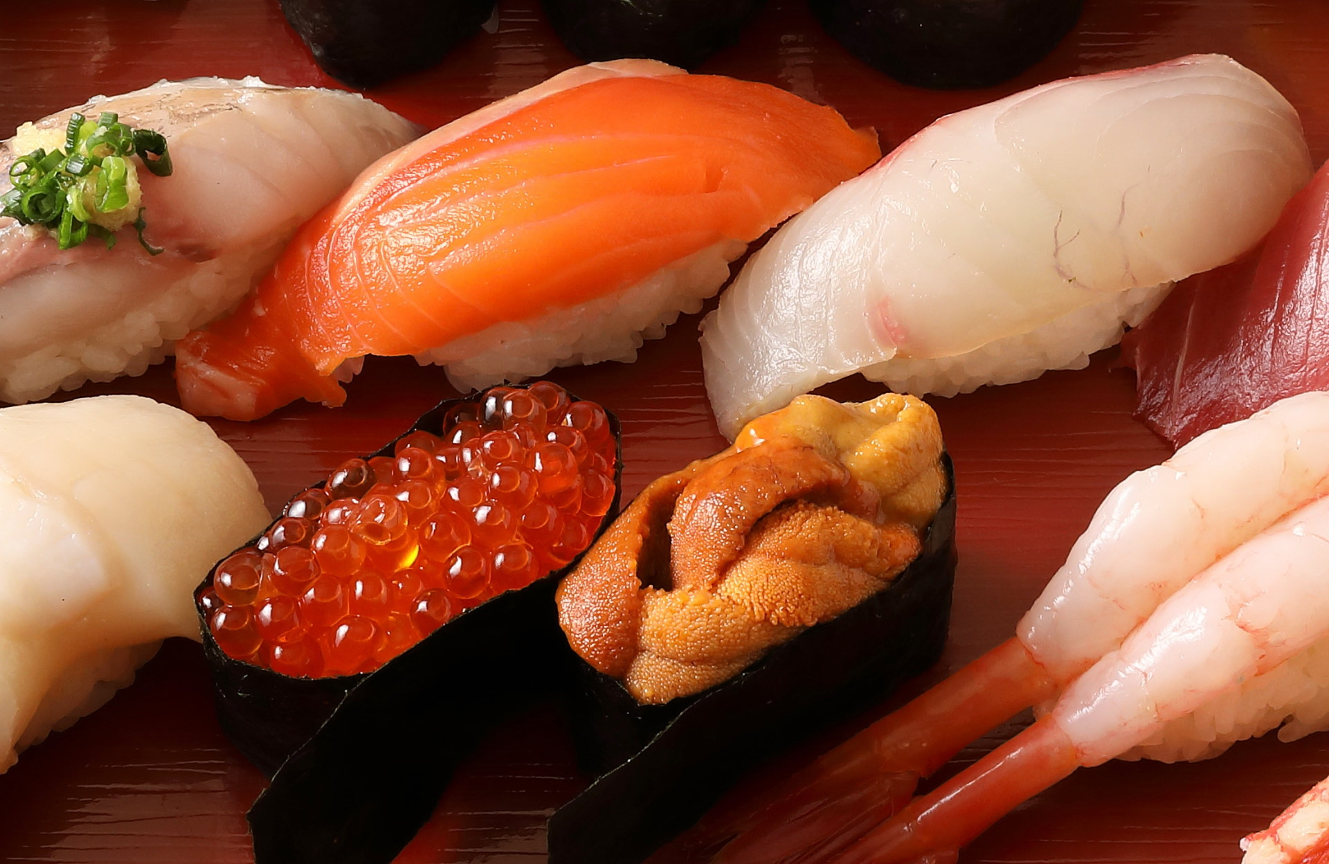 「小僧寿し」「くら寿司」がマナルル、学研とのコラボキャンペーンで激突