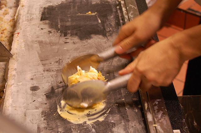顧客の目の前で作るコールド・ストーン・クリーマリーのアイス