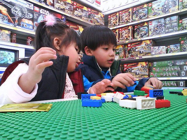 トイザラス店内で遊ぶ子供