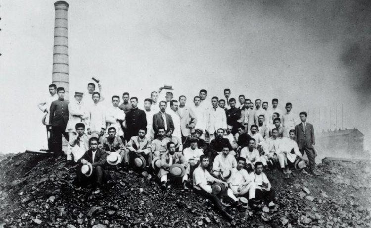 始業当時の旭硝子鶴見工場の職員たち